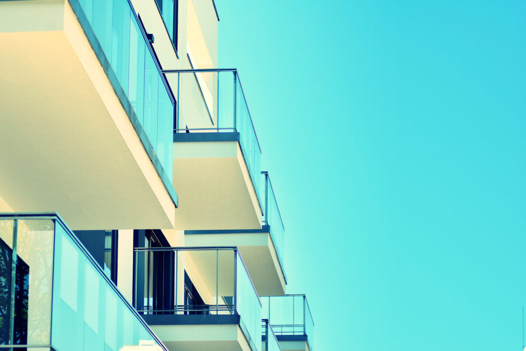 facade logements collectifs - ciel bleu
